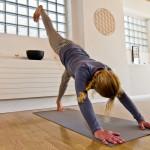 Person beim Yoga machen im Raum